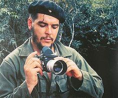 Few people know that Che Guevara was actually an avid photographer. In fact, he has said that before becoming a comandante he was a photographer. A collection of his images was put together in 1990 by the Centro de Estudios de Che Guevara in Cuba. Famous Pictures, Old Pictures, Che Guevara Photos, Ernesto Che Guevara, Robert Frank, Classic Camera, By Any Means Necessary, Fidel Castro, Poster S