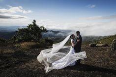 Os noivos Andreia e Elias abraçados com a linda paisagem da serra da Piedade