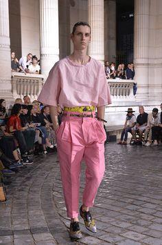 Kolor, który będzie hitem na wiosnę/lato 2017 to róż w każdej postaci: delikatny, pudrowy oraz mocny i wyrazisty. Na różowy kolor postawiło mnóstwo projektantów, których kolekcje prezentowane były pod...