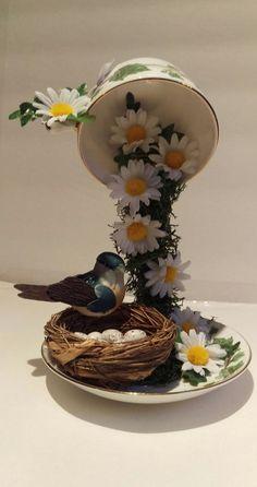 """Вишуканий сувенір, зроблений своїми руками, здатний оживити строгий інтер'єр офісу і прикрасити житлову кімнату. Одним із таких сувенірів є """"літаюча чашка"""", яка, здається, висить у повітрі :) Така чашка може бути із квітами, кавою, монетами, яєчками та із будь-чим іншим! Ідеї для натхнення"""