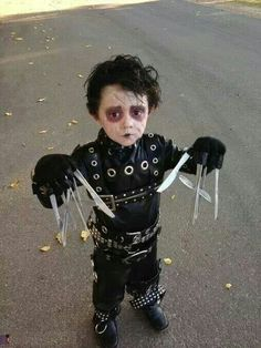 Looking for a creative Halloween costume for your kid? Check out these pop culture Halloween costumes. Some are DIY Halloween costumes and others take some skill, but they are all awesome! Costume Halloween, Edward Scissorhands Halloween Costume, Halloween Bebes, Homemade Halloween Costumes, Cute Costumes, Baby Costumes, Halloween Makeup, Costume Ideas, Costume Contest