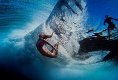 Úžasne načasovaný záber priamo pod morskou vlnou. Dokonalosť!