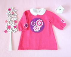 Knitted baby dress with felt flowers. Pink. 100% por tenderblue
