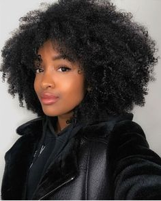 To have beautiful curls in good shape, your hair must be well hydrated to keep all their punch. You want to know the implacable theorem and the secret of the gods: Naturally curly hair is necessarily very well hydrated. Curly Hair Styles, Natural Hair Styles, Natural Black Hairstyles, Natural Hair Weaves, Natural Hair Growth, Afro Wigs, Coily Hair, Hair Updo, 3c Hair