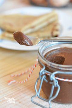 Une pâte à tartiner saine : la crème de noisettes.  Cacao en poudre 100%, poudre de noisettes torréfiées, sirop d'agave et miel d'acacia, lait d'amandes, huile de coco.