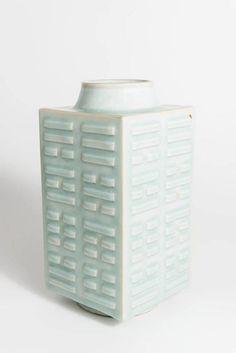 Vase in quadratischer Grundform mit acht Trigrammen, Bodenmarke der Periode Tongzhi - Anonym - 1862 bis 1874 - Periode Tongzhi (1862–1874) - 28.1 cm x 14.4 cm - Übernahme (1907) © MAK