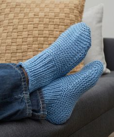 Free Knitting Pattern for Easy Time-Off Slippers - These easy cuffed slipper socks are knit flat and seamed. 4 sizes Mens 10 11 12 Rated easy by Red Heart. Designed by Christine Marie Chen Easy Knitting Patterns, Loom Knitting, Knitting Stitches, Knitting Socks, Free Knitting, Knitting Tutorials, Stitch Patterns, Crochet Patterns, Loom Patterns