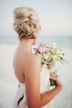 Beachy bridal updo | Photo by Oeil Photography