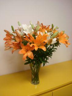 109- Arranjo com Lírios brancos e na cor laranja