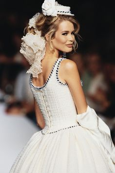 Flashback: Claudia Schiffer in 20 Chanel shows Chanel Couture, Claudia Schiffer, 90s Fashion, Fashion Show, Vintage Fashion, Chanel Wedding Dress, Wedding Dresses, Top Models, Mode Chanel