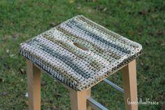 Hace tiempo que tejí estas fundas para unos taburetes de IKEA. Son de madera, y aunque las fundas no llevan relleno como un cojín, resultan...
