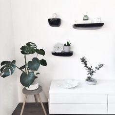 tak už jen natřít nožky betonové stoličky na bílo 💭 #dyi #backtostool #interiordesign #whiteinterior #concrete #marble #vitra #vitracorniches #boconcept #vjemy #diptyque #monstera #homesweethome