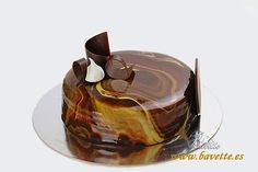 Tarta tres chocolates con glaseado marmolado Mini Desserts, Plated Desserts, Individual Cakes, Easy Cake Decorating, Crazy Cakes, Sweets Cake, Food Decoration, Mousse Cake, Recipe For 4