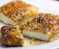 sintagi gia feta me meli kai sousami ediva. Kitchen Recipes, Cooking Recipes, Greek Appetizers, Appetizer Sandwiches, The Kitchen Food Network, Greek Cooking, Cooking Time, Breakfast Snacks, Mediterranean Recipes