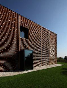 Haus-Fassade mit durchscheinenden Holzwerkstoffplatten-modern und dekorativ