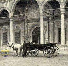 سيارة #الخديوى_توفيق تنتظره اثناء صلاته اول صلاة جمعة فى #مسجد_محمد_على بعد اعتلائه عرش #مصر عام 1879