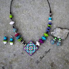 Parure collier asymétrique + boucles en pâte polymère motif kaléidoscope multicolore.