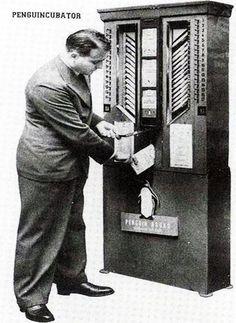 """Il """"Penguincubator"""", distributore automatico di libri installato a Londra nel 1937. Concepito da Allen Lane, fondatore della Penguin Books, distribuiva letteratura classica tascabile al prezzo di un pacchetto di sigarette."""