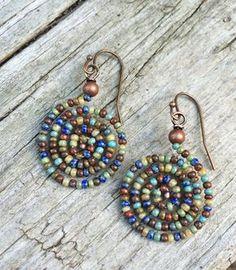 Boucles d'oreilles en perles spirale Boho coloré par RusticaJewelry
