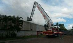 Bombeiros combatem grande incêndio em fábrica de adubos de Sabará