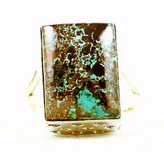 Uma peça única e exclusiva em estilo vintage: lindo anel com base de prata 925 trabalhada e uma exótica pedra Shattukite. Produto da África.