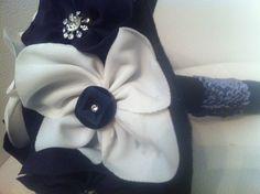 ramo de novia con flores de tela en negro y blanco,rabo de lentejuelas y cristal con botón en negro.personaliza tus ramos en Algodón de Luna