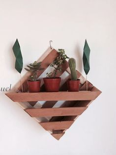 porta maceta de madera | jardin vertical Diy Wood Planters, Garden Planter Boxes, Diy Wooden Projects, Small Wood Projects, Wooden Plant Stands, Diy Plant Stand, Wooden Wall Decor, Wooden Diy, House Plants Decor