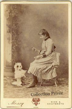jouets d'enfants, jeux de photographes : Portrait d'une jeune fille dressant son petit chie...