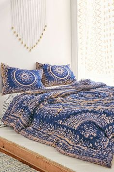 Plum Bow Effie Medallion Comforter