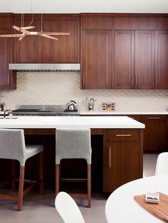 cozinha com móveis de madeira