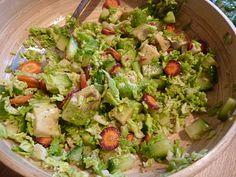 une salade de chou vert haché finement, des carottes coupées très finement à la mandoline (car crues, il faut que ça soit très fin dans la salade), 1/2 avocat, des petits cubes de concombre et du vinaigre de kombucha.