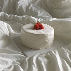 Discovered by 𝓁𝒾𝓋𝓎𝒶‪ ✧˖*°࿐‬. Find images and videos about pretty, food and aesthetic on We Heart It - the app to get lost in what you love. Pretty Cakes, Cute Cakes, Korean Cake, Basic Cake, Think Food, Cute Desserts, Cafe Food, Aesthetic Food, White Aesthetic