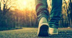 hombre pies caminando hacia carretera