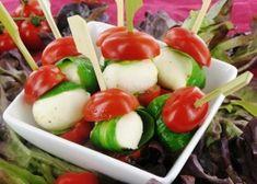 tapas hapje, tomaat met mozarella en een basilicum blaadje (lekker simpel)
