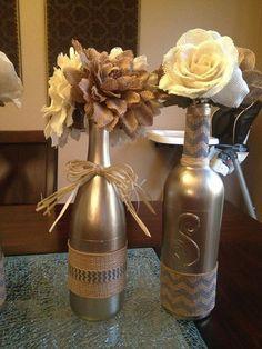 Decoração com garrafas e flores.