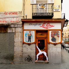 CAPTIVATING PHOTOS OF 'URBAN YOGA' IN PARIS, NEW YORK AND MADRID #fineart #photography More at http://joshcampbellphoto.com/blog/ Source: http://www.featureshoot.com/2015/01/captivating-photos-of-urban-yoga-in-paris-new-york-and-madrid/