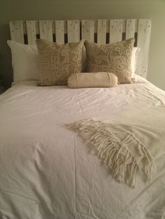 white washed pallet headboard....my favorite so far of the pallet headboards.  I love whites/neutrals