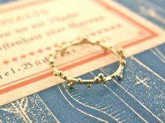 素材:真鍮華奢な金色のリングの周囲に、小さなつぶつぶを丁寧にまぶしました。まるで、月の光が夜露になったみたい。控えめで上品な雰囲気なので、お手持ちのリングとの...|ハンドメイド、手作り、手仕事品の通販・販売・購入ならCreema。