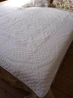 Boutis blanc cassé, jolie courtepointe au motif provençal qui est caractèrisée par un piquage très en reliefs.