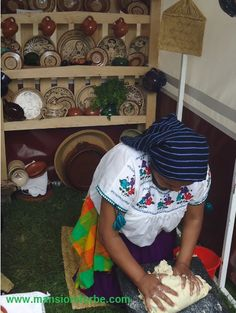 Cocinera Tradicional de Michoacan haciendo unas ricas Tortillas en el Metate