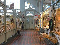 #rainbowRTW quando la bufera non da tregua a #Oulu una pausa al #Kauppahalli ci vuole proprio! In questi antichi magazzini tra i banchi del mercato coperto ci sono anche bar e punti ristoro ottima idea per una pausa e per scaldarsi con una tazza di caffè bollente! #visitoulu #visitfinland
