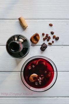 """Con il vino avanzato potete preparare della gustosissima frutta secca """"ubriaca"""". Basta immergere fichi, prugne e uvetta nel vino e lasciarla macerare per almeno 2 giorni.  Scoprite tanti altri modi per riutilizzare il vino avanzato nel nostro nuovo articolo!"""