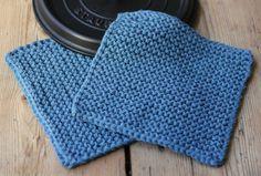 Jeg har nævnt det før – tykke strikkede grydelapper i bomuld er suveræne. De her er retstrikkede og i dobbelt mellemtykt garn, hvilket gør dem både tykke, isolerende og bløde. De er strikket i recycled denimgarn på pinde nr. 6, og i stedet for strop er der strikket et hul i lappen – så dypper du ikke stroppen i sovsen!… Kitchen Towels, Pot Holders, Bomuld, Crafty, Blanket, Knitting, Crochet, Dreams, Inspiration