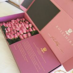 Box of roses for Valentine's Day. Flower Box Gift, Flower Boxes, Bouquet Box, Decoration Chic, Flower Packaging, Luxury Flowers, No Rain, Everything Pink, Box Design