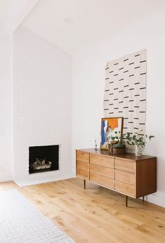 Samantha Gluck Emily Henderson Living Room Modern White Brick Fireplace We don't do a ton of house tours around here, but I couldn't help but show you the bright, minimal yet warm home of EHD alum Samantha Gluck. Living Room Modern, Living Room Decor, Living Spaces, Dining Room, Minimal House Design, Farmhouse Side Table, Décor Boho, Brick Fireplace, Fireplace Remodel