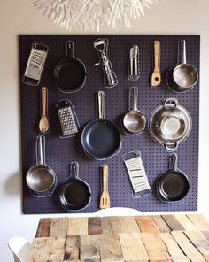 Diy pots and pans pegboard. Put a frame behind it to support he weight and also to give space behind the pegboard for the hooks so that your wall is protected. Use metal pegboard or you can paint a design on wood board. Small Kitchen Storage, Kitchen Storage Solutions, Kitchen Organization, Kitchen Pegboard, Pegboard Storage, Painted Pegboard, Black Pegboard, Organization Ideas, Kitchen Utensils