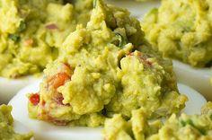 Ovos recheados com guacamole são os petiscos perfeitos para a sua festa