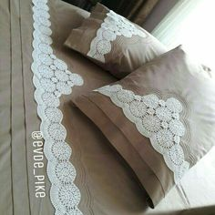 This Pin was discovered by Mai Pink Bedding, Bedding Sets, Diy Pillows, Throw Pillows, Designer Bed Sheets, Crochet Bedspread, Crochet Borders, Decorative Pillow Covers, Bed Spreads