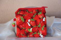 Porte-monnaie fraises en tissu et feutrine blanche.  Réalisé à la main.