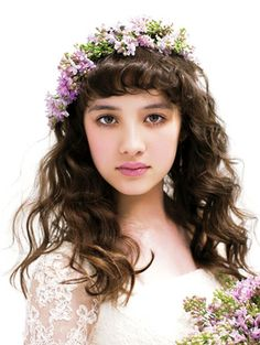 クラシカルなお嬢さまヘアにカジュアルな花冠で遊び心を Party Hairstyles, Dress Hairstyles, Down Hairstyles, Wedding Hairstyles, Wedding Party Hair, Wedding Hair Flowers, Flowers In Hair, Bridal Hair, Lilac Flowers